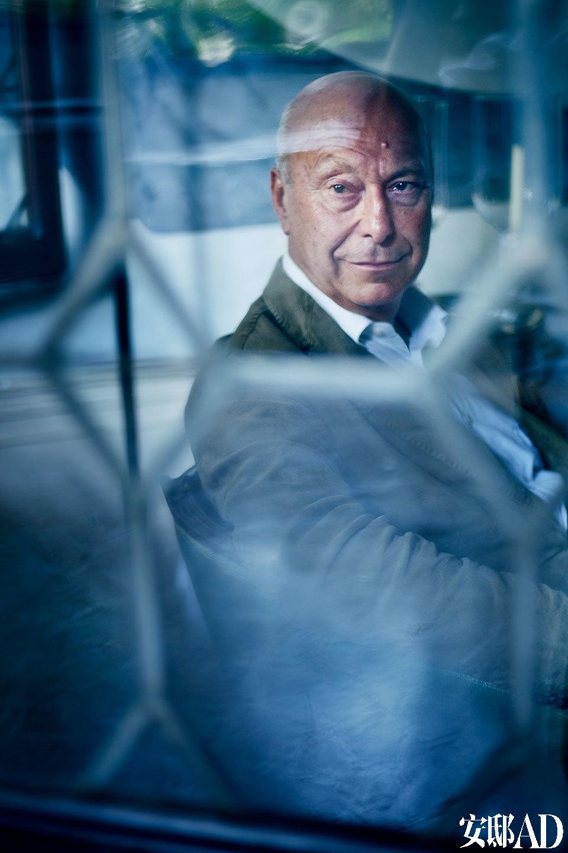 Axel Vervoordt坐在自己心仪的威尼斯住所内,望向窗外。