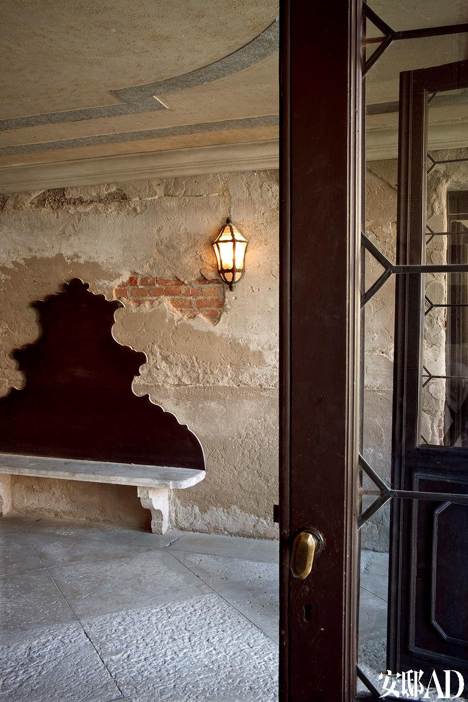 """这栋住宅水路运河入口处体现了岁月斑驳的痕迹。""""我喜欢古老的墙壁,随着时光的推移,它们会变得犹如一幅幅油画一般。""""Axel Vervoordt毫不掩饰他对房屋入口处的喜爱。"""