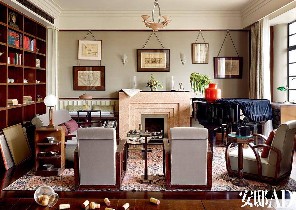 """""""从冻结于上世纪七八十年代老干部退休公寓的原貌里找到Art Deco最初的' 暗示',然后给这些Art Deco元素装上' 扩音器',使其更完美,把效果、功能发挥到极致。""""起居室内的壁炉还是位于原来的位置,但已经无法窥视原貌,设计师就根据和平饭店的图纸设计出上世纪三四十年代Art Deco的感觉。壁炉使用酒精,壁炉面板淘自eBay,里面的耐火砖则沿用了住宅原有的老地砖。"""