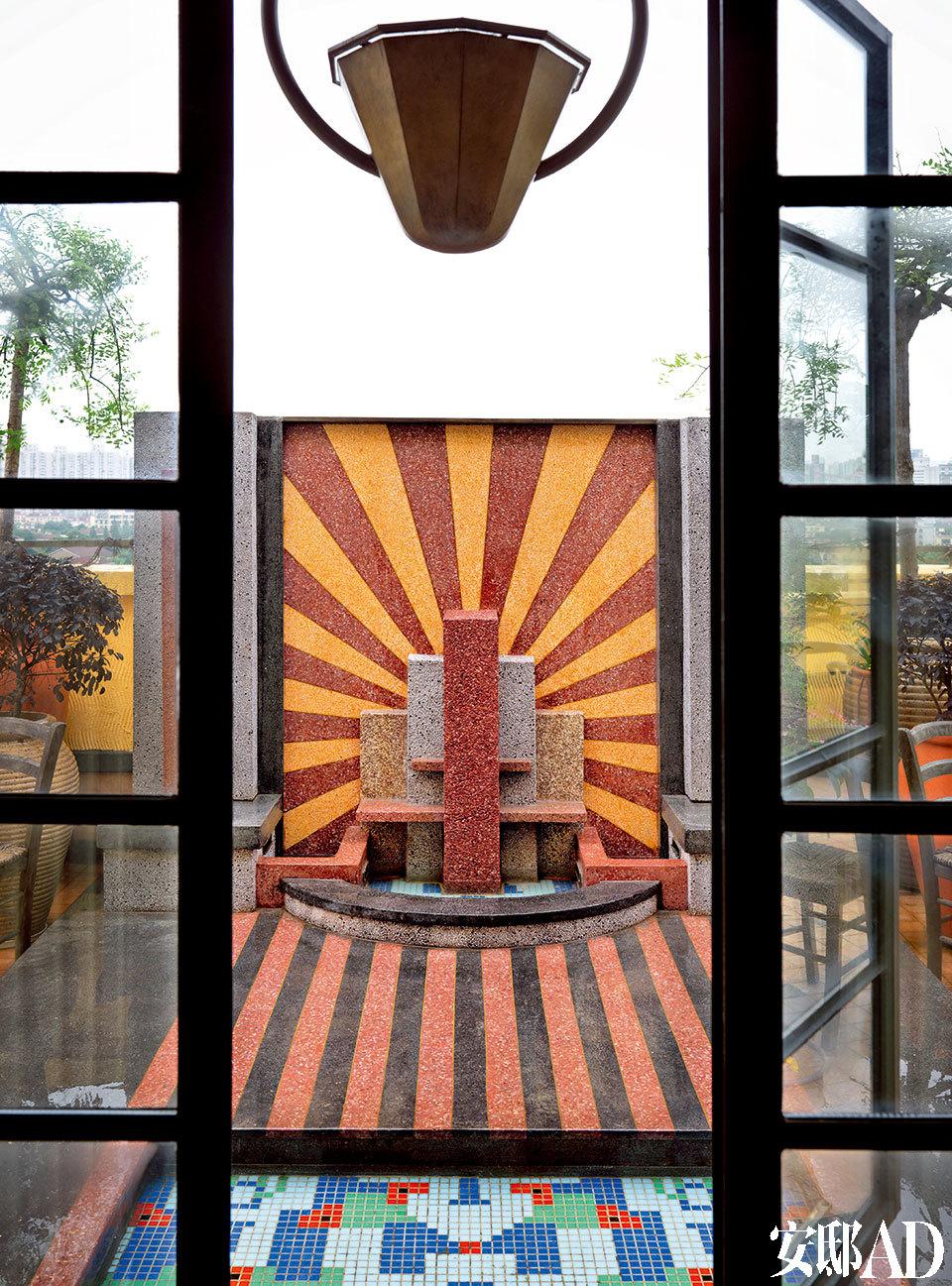 经典的Art Deco图案,令这个装饰一新的户外水池,既抓人眼球,又为整个家的装饰风格划上完全句号。这个Art Deco风格的小水池,无论是从室内望出去,还是在露台上,都是整套公寓的视觉中心。
