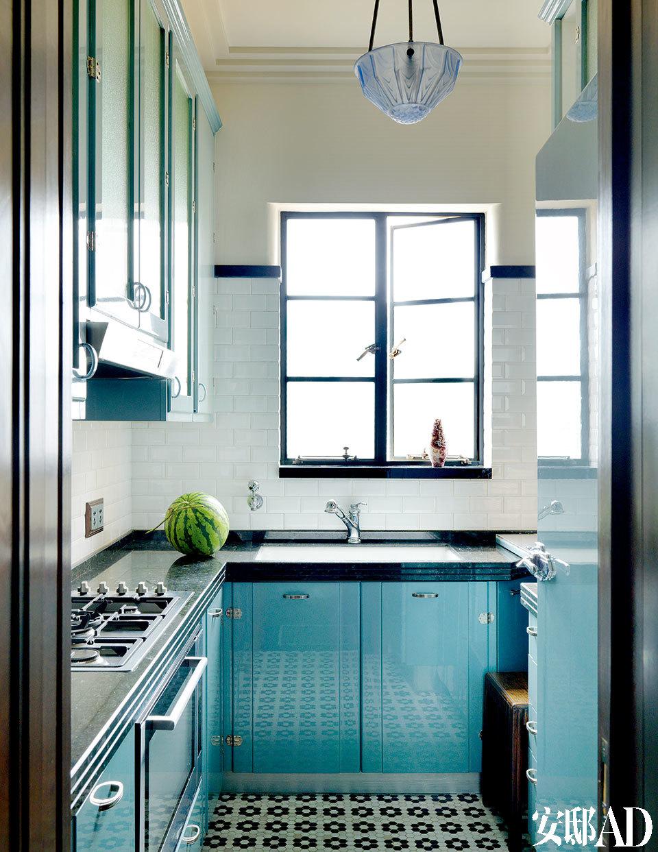 从BBC的纪录片里找到上世纪三四十年代Art Deco的色板,选用其中的蓝色打造了现代厨房,而橱柜的铰链和冰箱把手都是Vintage产品。