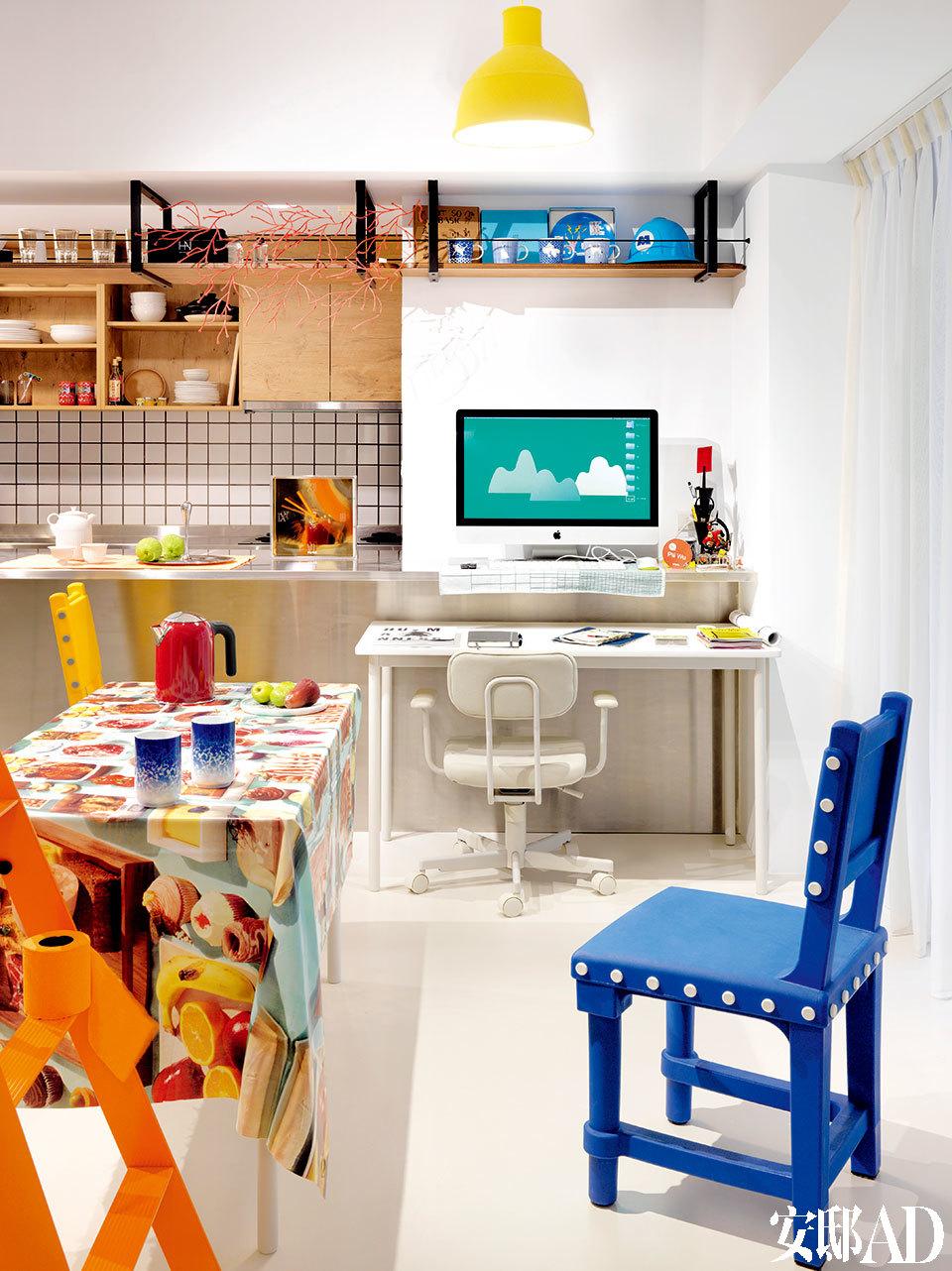 """喜欢收集有创意的宣传单的Pili,也喜欢像用贴纸贴满行李箱一样,以好的设计与饱含情意的收藏""""贴""""满自己的家。岛台上的透明座钟来自Kartell,是Philippe Starck 2010年的设计。岛台上方吊柜上的橘色枝桠状挂饰来自Vitra。电脑屏幕上出现的画面是Pili与大学时为自己做模型的打铁师傅们一起合作的书挡作品""""青山""""。"""