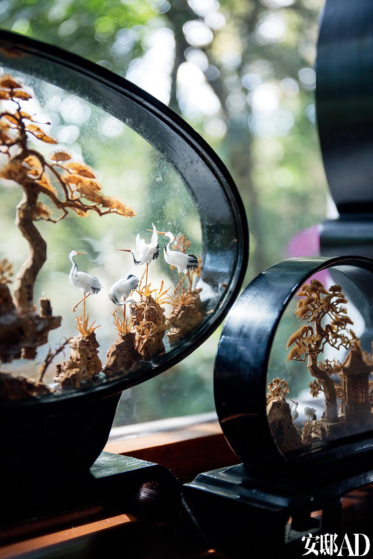 主卧室窗边的工艺品来自中国,松与鹤的形象、祥云的造型,都是非常中国的文化符号。