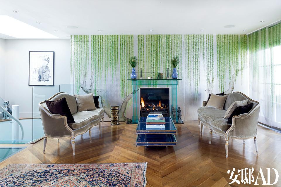 """三层客厅里,中间的茶几是1960年代意大利制造,地毯则是Wentworth为了此次拍摄,专门从母亲家""""偷""""过来的。"""
