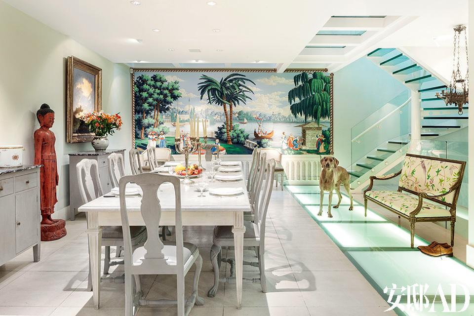 餐厅位于一层,餐桌是de Gournay根据法国路易十六时期的家具复制的,餐椅是根据Claud收藏的瑞典古斯塔夫时期的椅子仿制的,而银烛台则是法国拿破仑三世时期的古董。