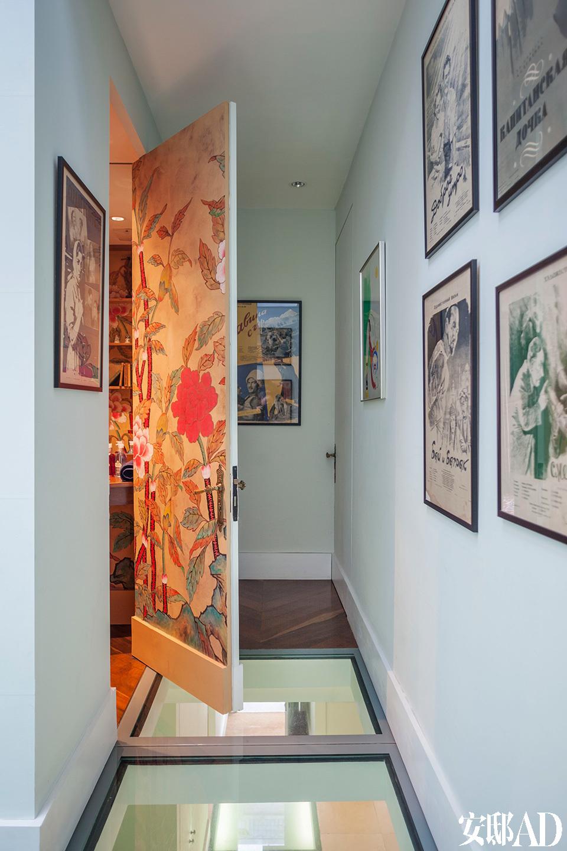 二层的过廊墙上挂的是Claud从基辅夜市上买到的前苏联时期的宣传海报。门上壁纸是de Gournay日韩系列的韩国牡丹。