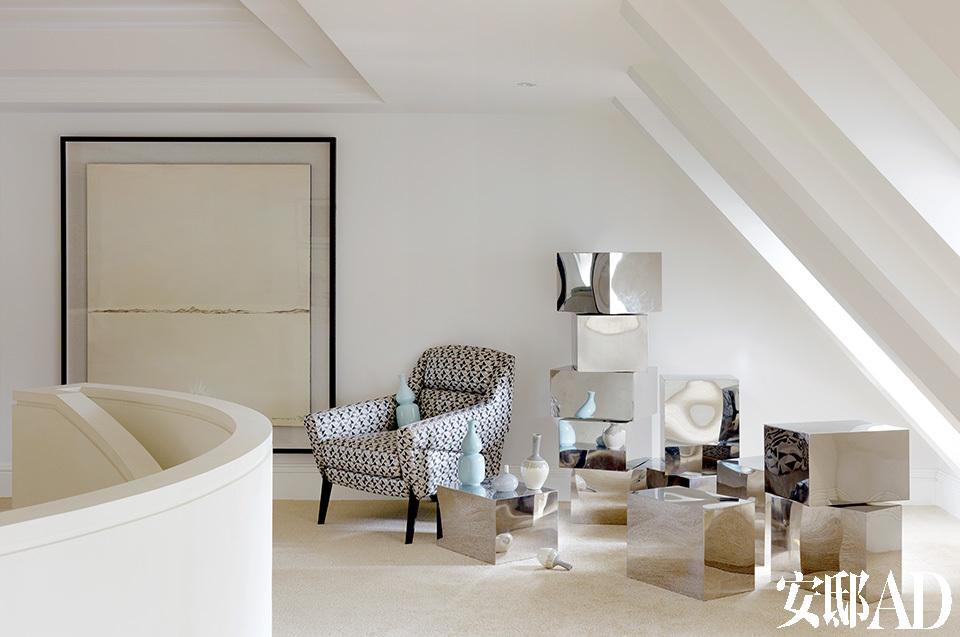 顶层是一个没有特别功能的空间,可以发呆,也可以放些自己喜爱的收藏。西式的建筑表皮下,内里却是东方设计的审美情趣。西式的建筑表皮下,内里却是东方设计的审美情趣。