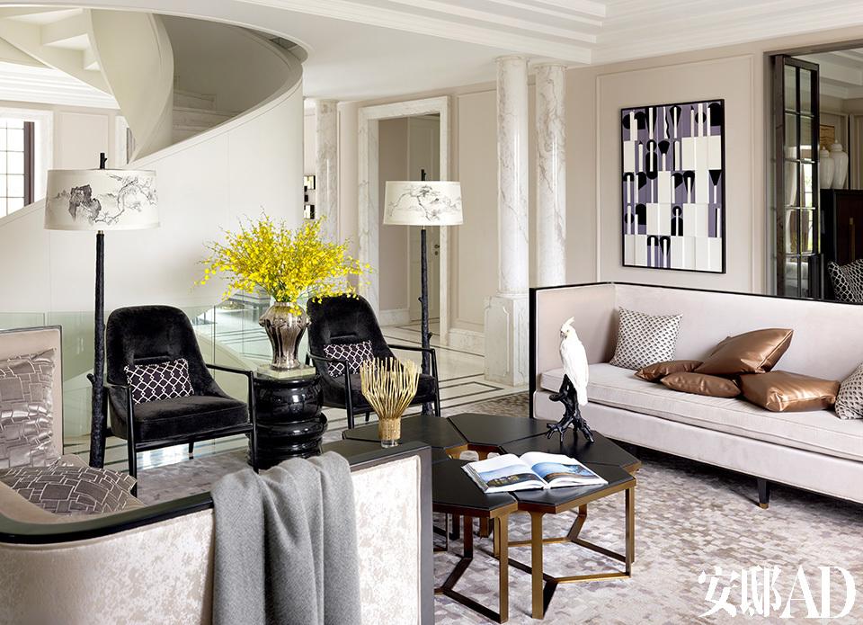 """""""在我看来,完美的家应该是一个可以随时度假,也方便随时工作的地方,既有私密的个人空间,也能招待朋友,满足各种社交需要。""""一层入口的会客区背靠白色旋转楼梯,左面是餐厅,右侧是小书房。"""