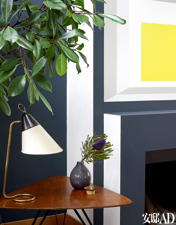简易小桌是意大利建筑设计师Osvaldo Borsani数年前的作品。桌上的台灯出自陶瓷艺术家Georges Jouve。