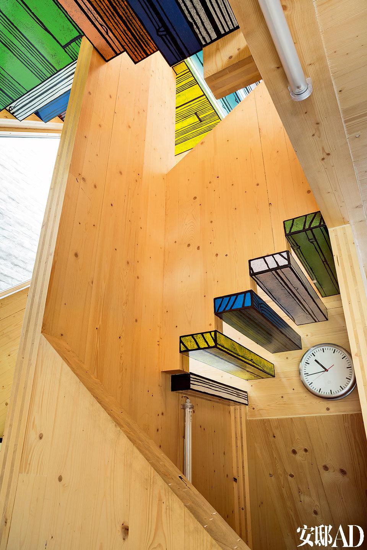 楼梯的台阶使用彩色木板覆盖,这是男主人Richard Woods作品的特色。这些印花木头的纹样满载着可爱和幽默,已经成为Richard的标志签名,也被称为他Logo。