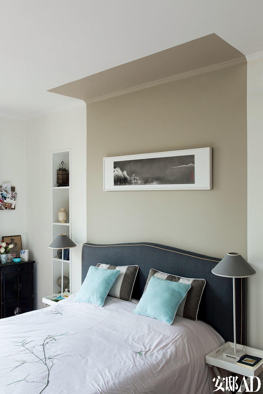 """""""最简单的方式是将一种颜色控制在一个房间内,之后再逐步尝试将对比色放进去,重要的是掌握好平衡。""""主卧是完全由白色和原木色掌控的安静空间。"""