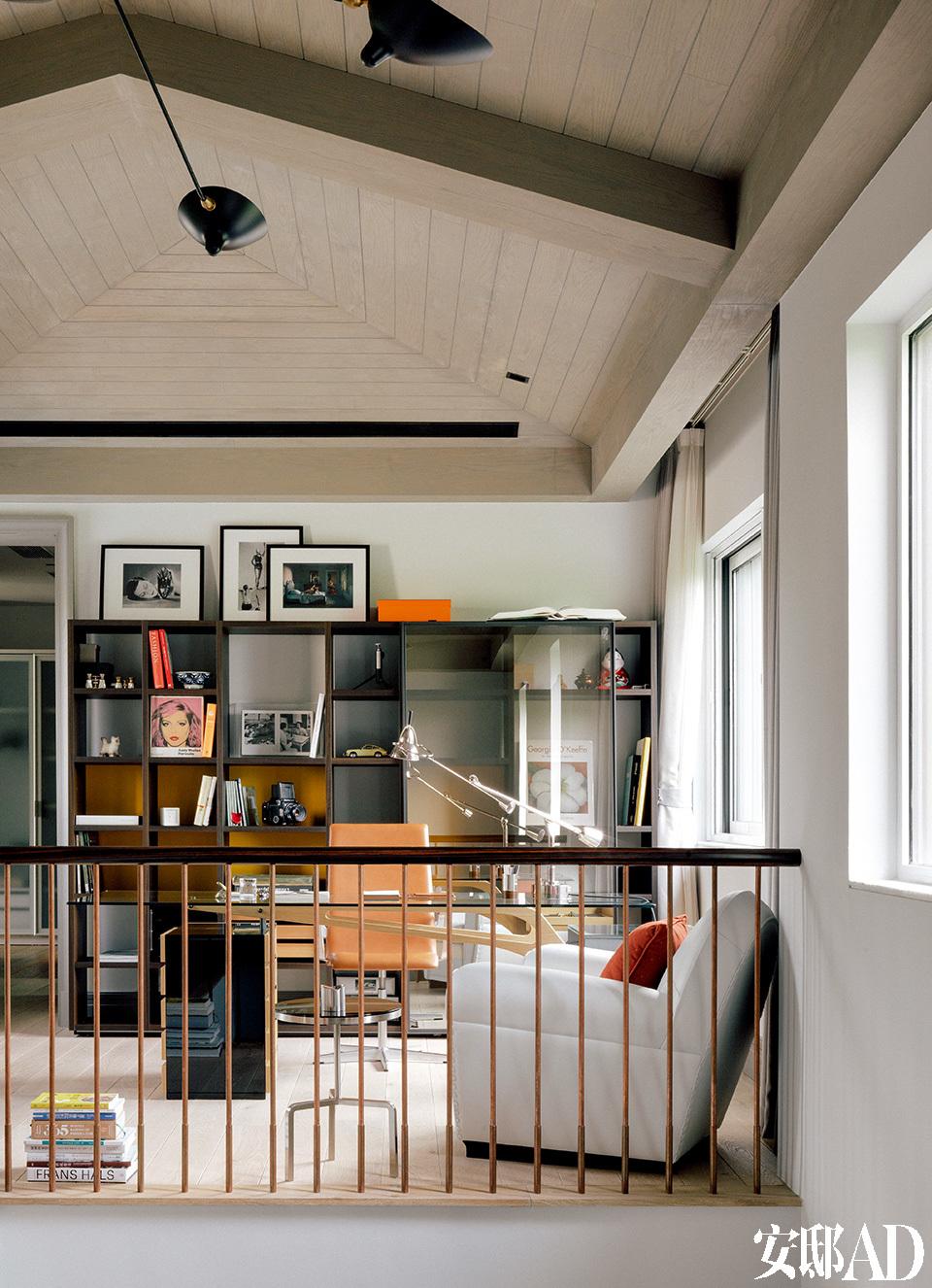 大笔一挥, 将二层细碎空间整合成两间大卧室及开放书房。作为一对丁克夫妇的第二居所 , 也足够用了。二层的开放式书房,摆放的是张成喆欣赏的摄影家ManRay及Richard Tuschman的作品,书桌上的Tecnolumen台灯是他喜爱的设计。他说旧家还有一堆收藏多年的书、杂志,及一套《丁丁历险记》的古董书,等着哪天好好摆到这儿来。