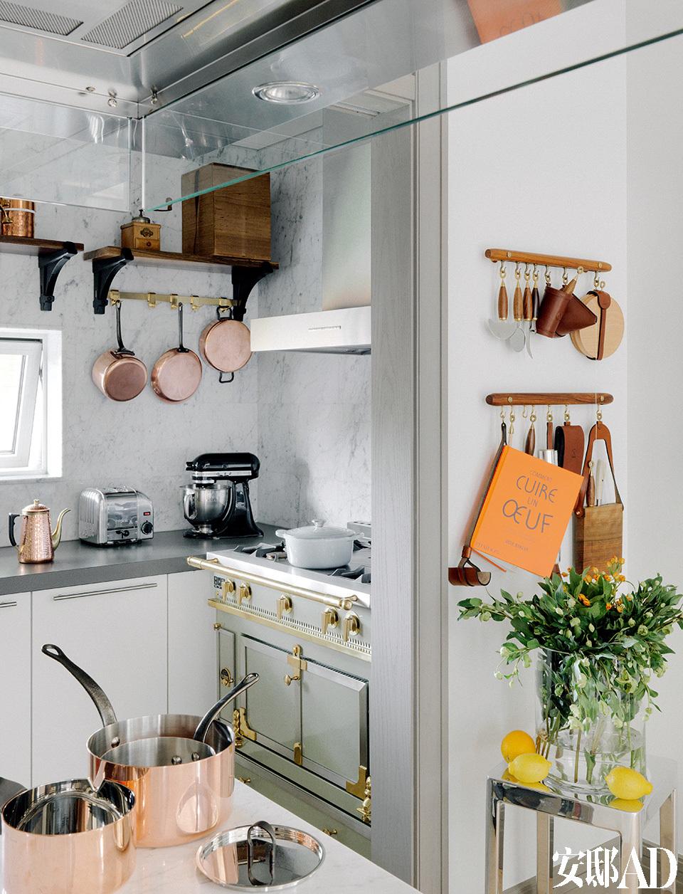 从巴黎运回来的一套纯铜La Cornue Chateau欧式炉灶,烤箱里没有任何现代的电子原件,全靠经验决定烘焙的时间和火候,使得每一次下厨都是有趣的冒险。侧面墙上挂着一整套精美的各式厨具,圆润的镶铜木柄配上手工缝制的棕色皮套,光是摆在那儿看着都赏心悦目。
