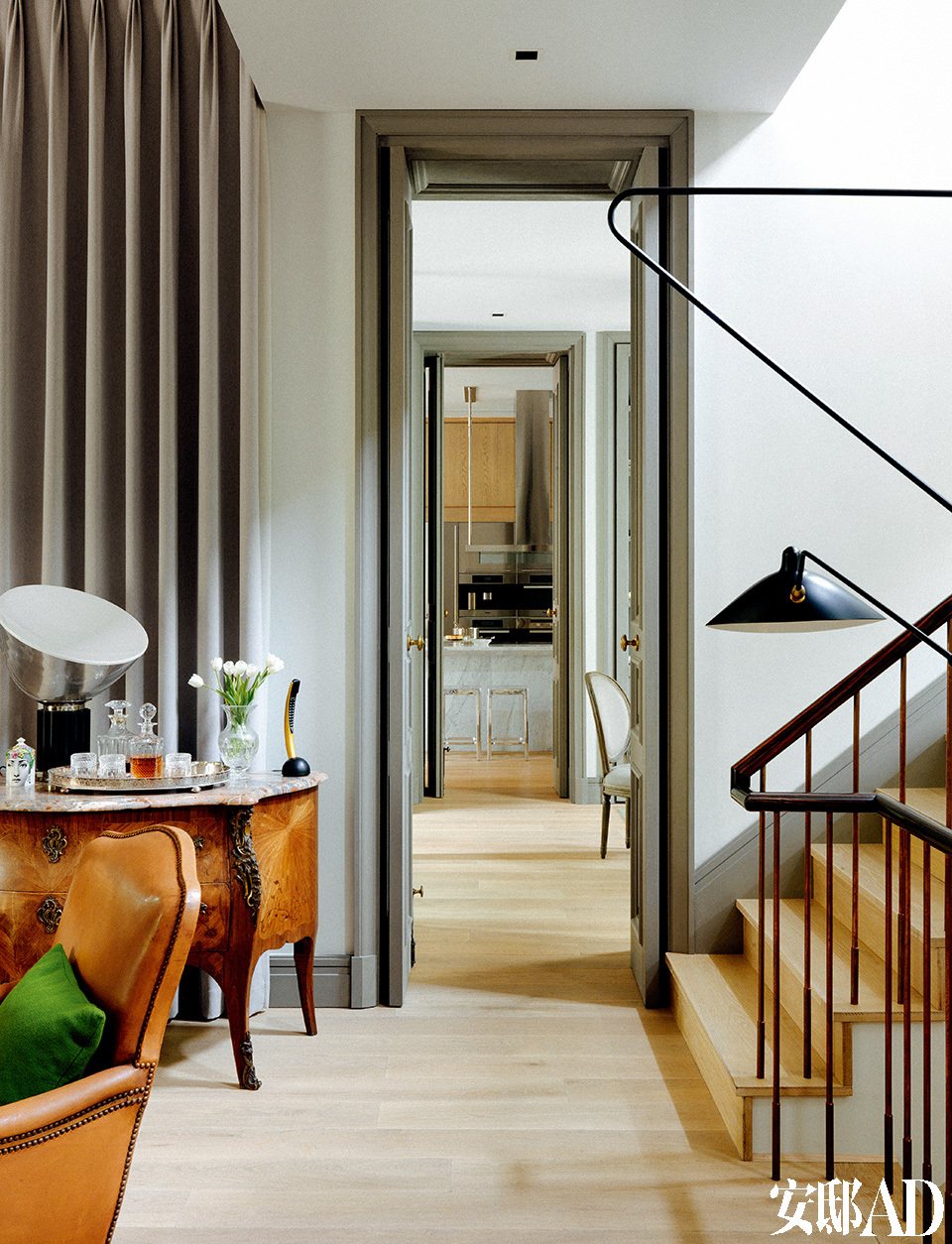 张成喆以前中意黑白分明的室内风格,在新华路的旧家走的就是这样的路线,而最近几年,他开始懂得欣赏更为中性带有些典雅的风格,例如大量使用的灰色调就是一例。