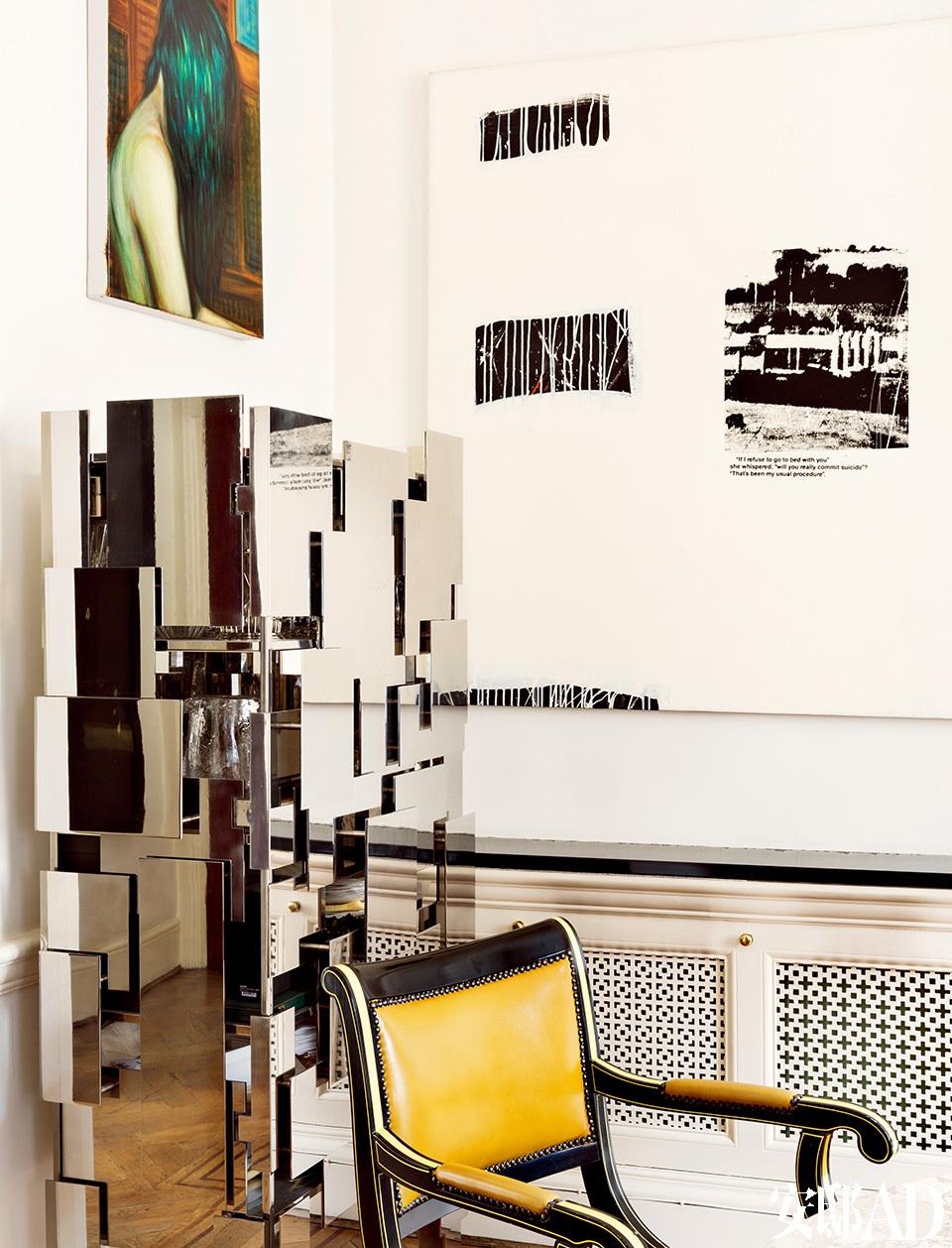 """餐厅的一角,名为""""Strata""""的酒柜由镜面不锈钢制成,是Mattia Bonetti为David Gill艺廊设计的限量款,酒柜上方挂着Steven Shearer的画作,右侧的黑白画作来自Richard Prince。"""