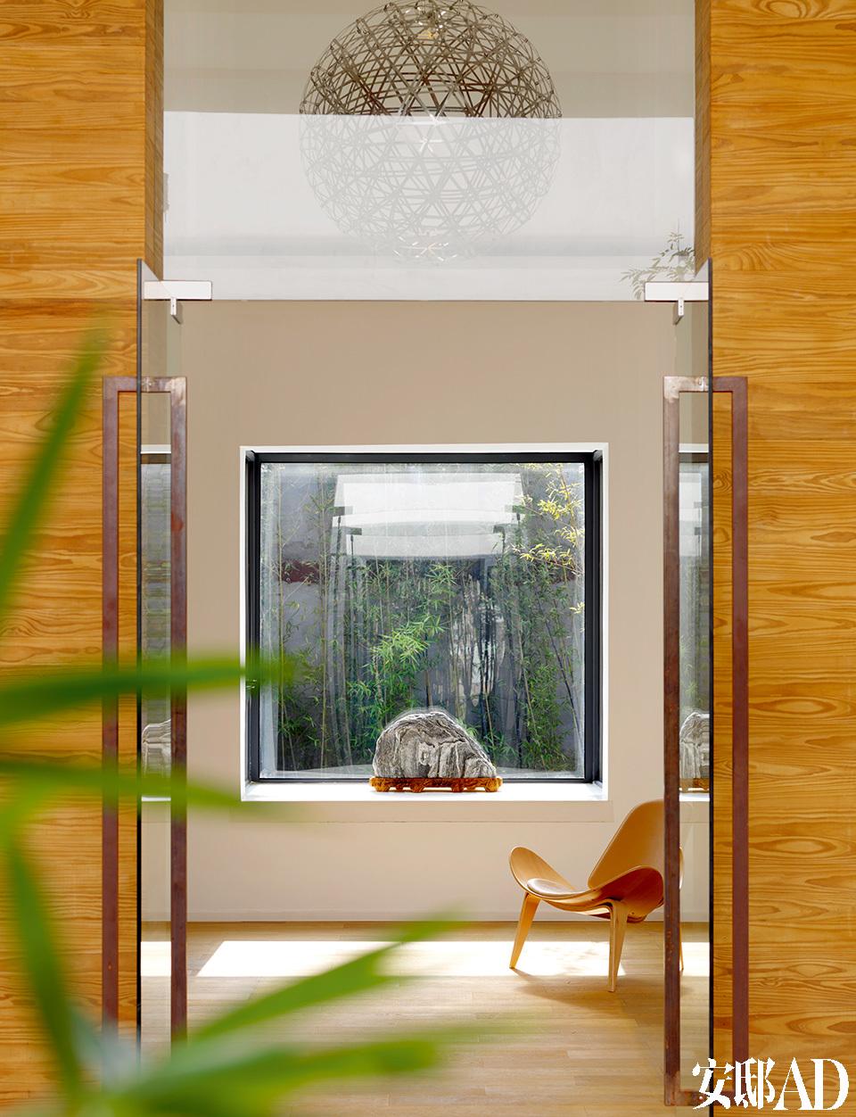 整个工作室的门厅充满了东方韵味,窗外几竿翠竹更是带来无限诗意与生机。