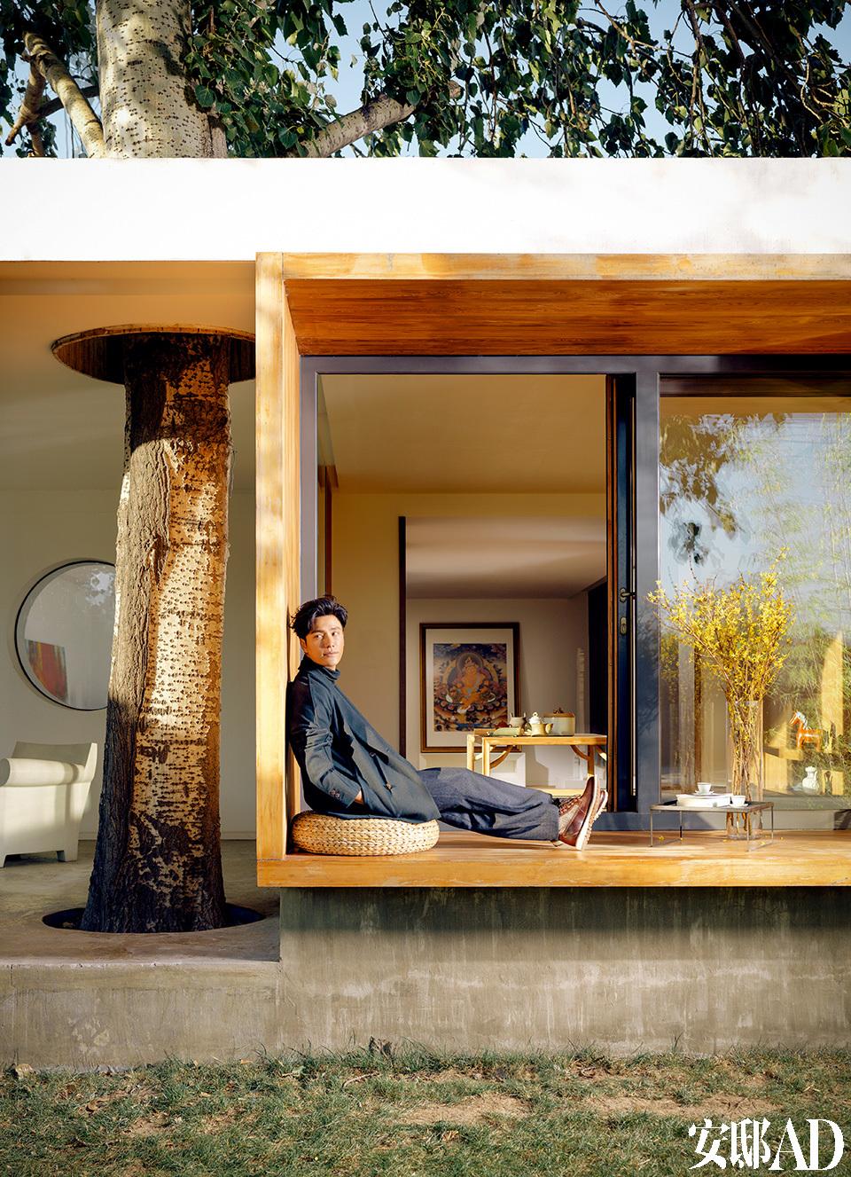 陈坤说,30岁以后,他的好奇心与日俱增。而空间设计正是帮助他敞开内心、接纳万千世界的工具之一。成立设计公司,从自己的工作室做起,他坚信这个年轻有活力的团队,一定会让世界看见梦想的力量!在整个工作室里,陈坤最爱在这处开放式茶室中烹茶静思。阳光透过玻璃落地门洒进室内,十分惬意。暖和的天气里,直接到户外小坐,也是再舒服不过的事了。