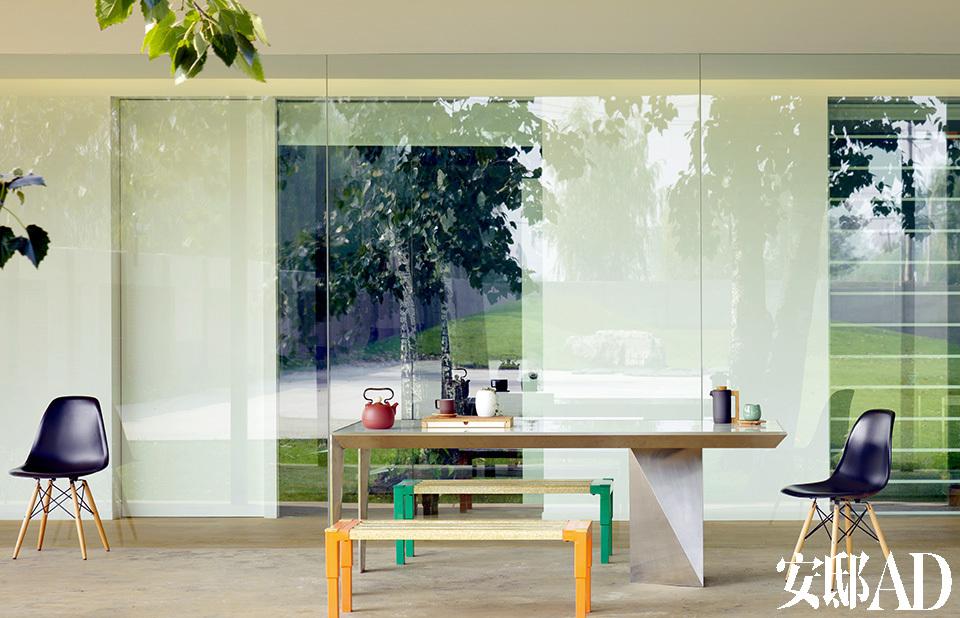 高管区的办公室都直面院子,光线充足、视野开阔,门前还留有宽裕的走廊。落地玻璃的使用令整个空间更加通透,有种室内室外融为一体的错觉。