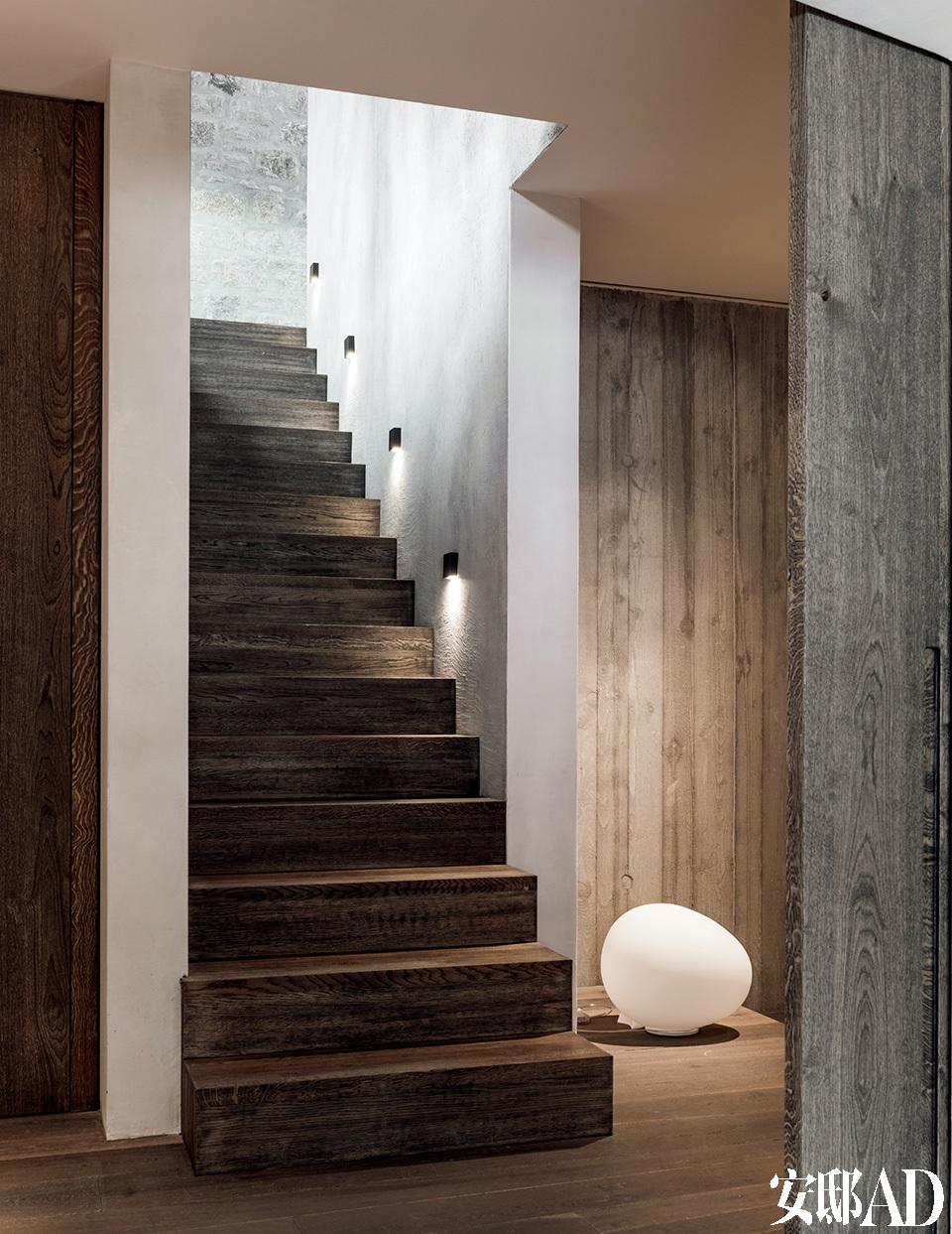 楼梯带我们通往位于地下室的客人间和工作室。