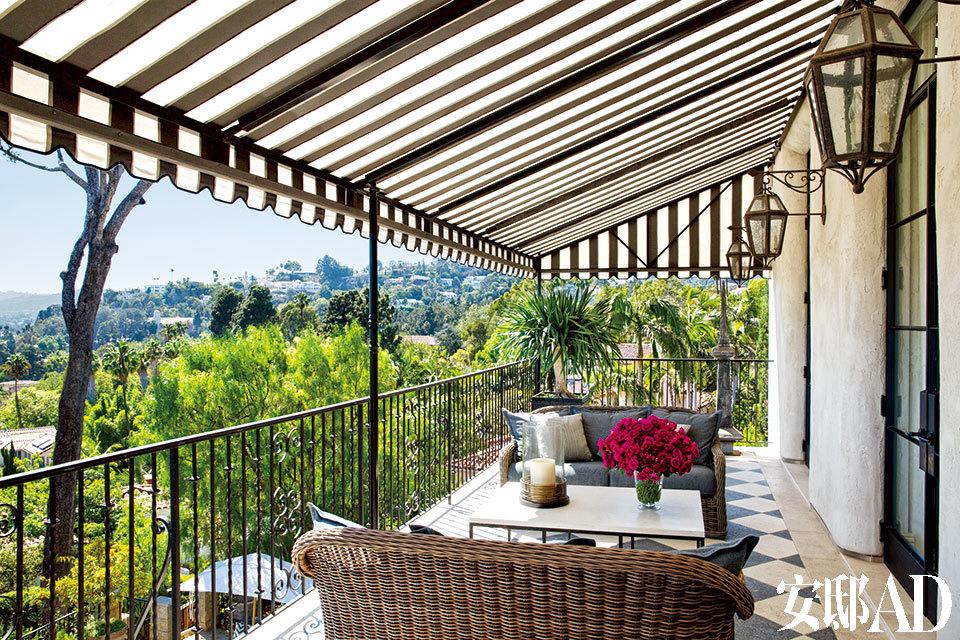 客厅外部新建了这座带遮阳棚的户外露台,来自Gloster的柳条编织椅上摆着Schumacher的靠垫,遮阳棚的面料为Sunbrella-fabric品牌。