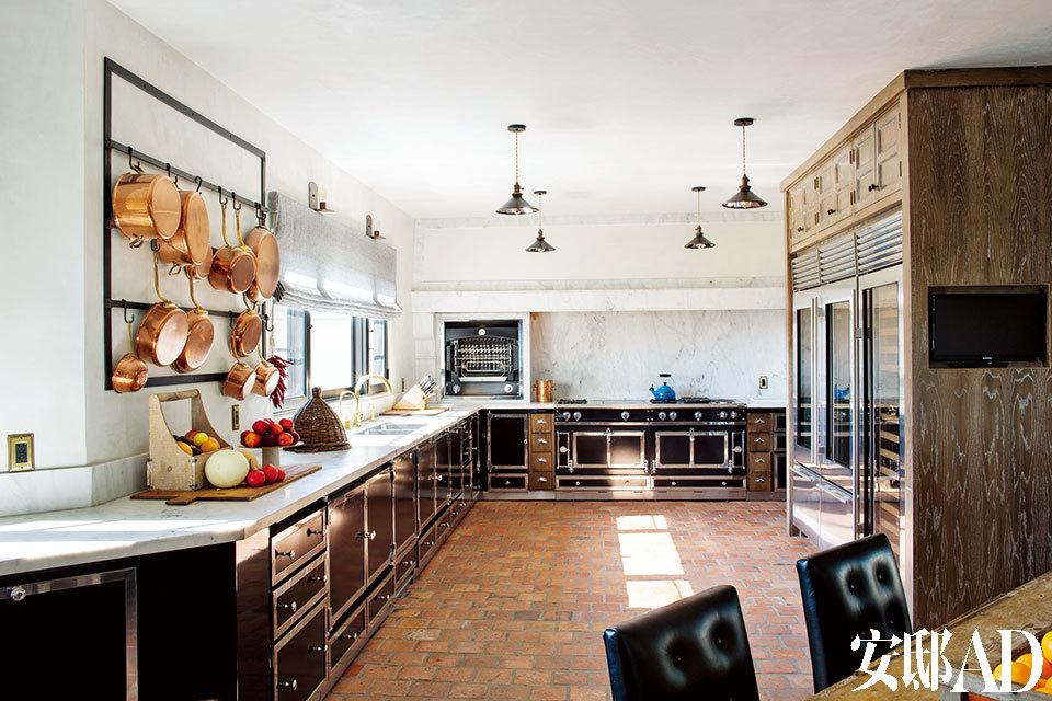 就下厨这项本事来说,Pompeo可是一位相当称职的妻子与母亲,她理想的大厨房中包括La Cornue的炉灶、烤箱和橱柜,以及卡拉拉大理石的台面和防溅板。4盏工业感吊灯来自Treillage,锅架是Bullard为这间厨房量身打造的,水池和五金配件来自Waterworks。与窗外闪烁的城市万家灯火遥相辉映。