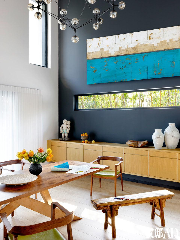 客厅背景墙通常是室内设计需要重点着笔的地方,而Lilian的家却是以一条横向的窄窗借外面的翠竹形成装饰效果,颇有美术馆的诗意。