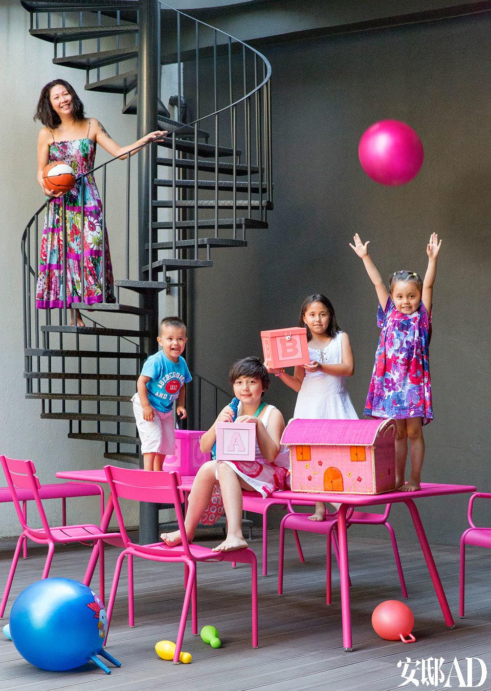 住家附近没什么儿童娱乐设施,就在家里多开辟了一些游戏场地。孩子们的露天游乐园放置在屋后,与地下室的视听室相连,一同解决了地下室的采光问题。地面选用了防腐户外木地板,秋千、滑梯、餐桌也是游戏桌,一应俱全。消防楼梯做成了螺旋形,美观且实用。