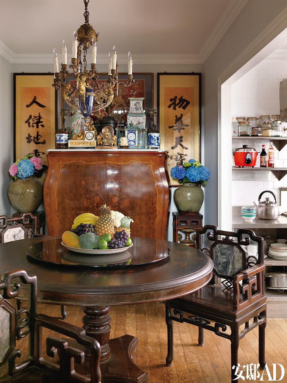国古董餐柜、欧式巴洛克吊灯、 中式字画和瑞狮刺绣,如此的老古董风格,亦是中西混搭。