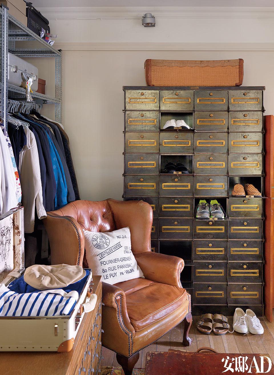 法国工具柜子是法国的旧货,现为叶裕清的鞋柜,对于叶裕清来说,每样东西都该赋予用途。衣柜铁架上还有各种箱子,多是从欧洲、美国或上海等地购买的。