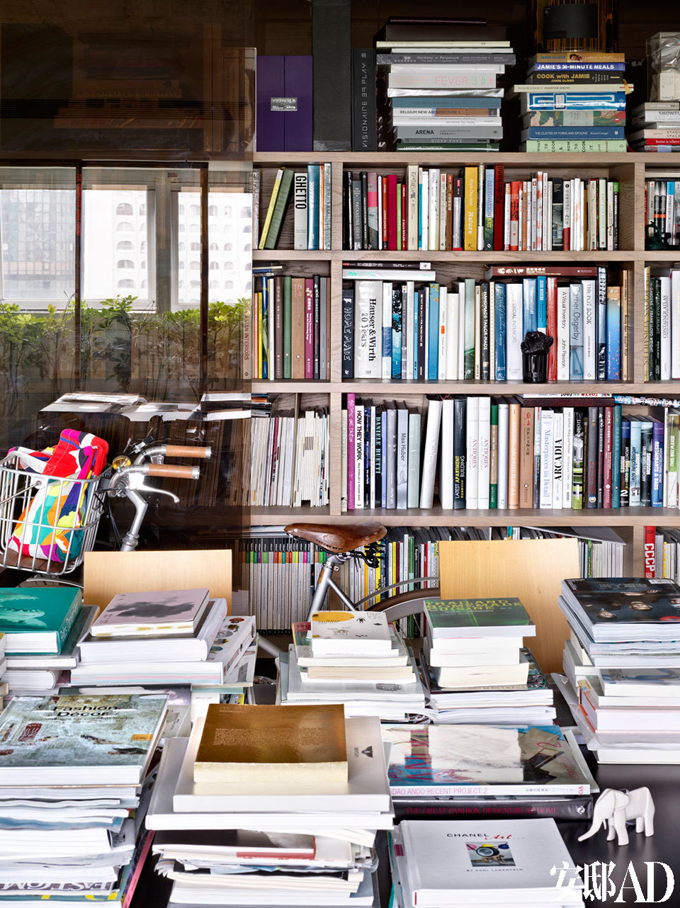 爱书如痴的包益民,已有10多万本书籍。设计师特意设计咖啡色玻璃的书柜,与地板色调相呼应。