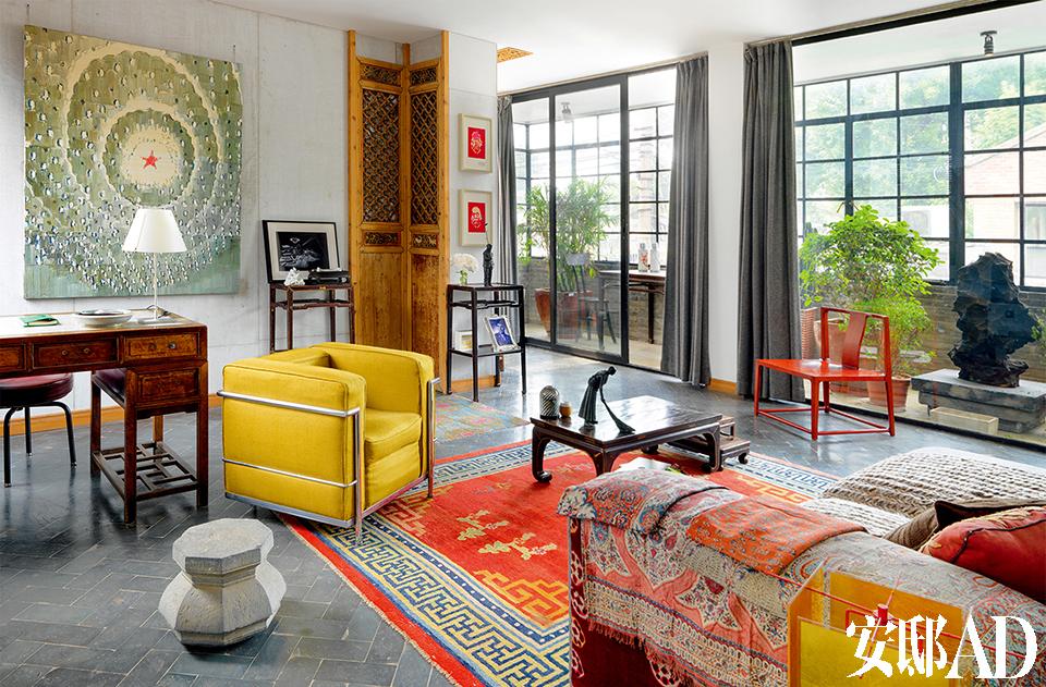 主人: Juan van Wassenhove是 比利时人,自幼爱好艺术与设计。他从2008年起与两个朋友——林凡和周理贤开始修复故宫附近拥有600多年历史的智珠古寺,建成了今天集餐厅、酒店、艺术画廊、会议功能于一体的东景缘(Temple Hotel)。如今,他把自己的家也搬到了这里。
