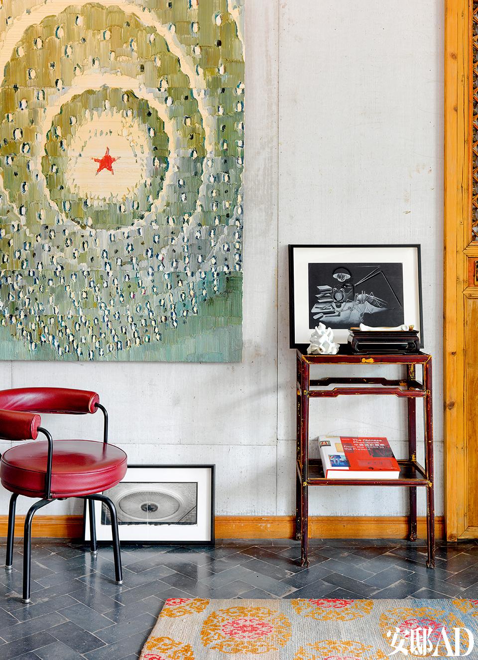 墙壁上这幅描绘人民大会堂天花板的油画来自艺术家李松松。地板上的小幅摄影作品来自Lois Conner。木几和椅子都是从三里屯公寓搬过来的老家具。