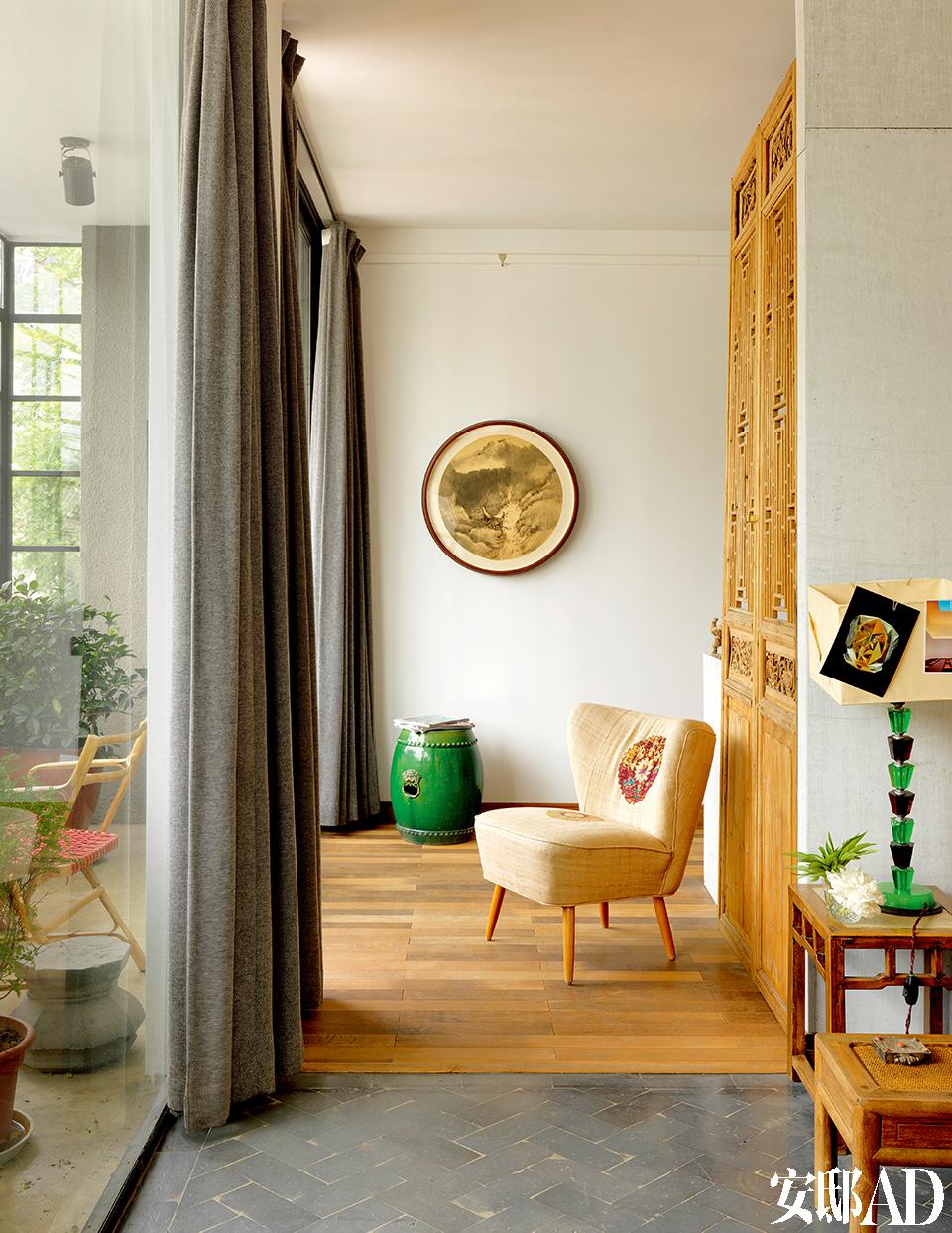 连接各个功能区的通道,墙上挂着张晓夏的水墨作品。