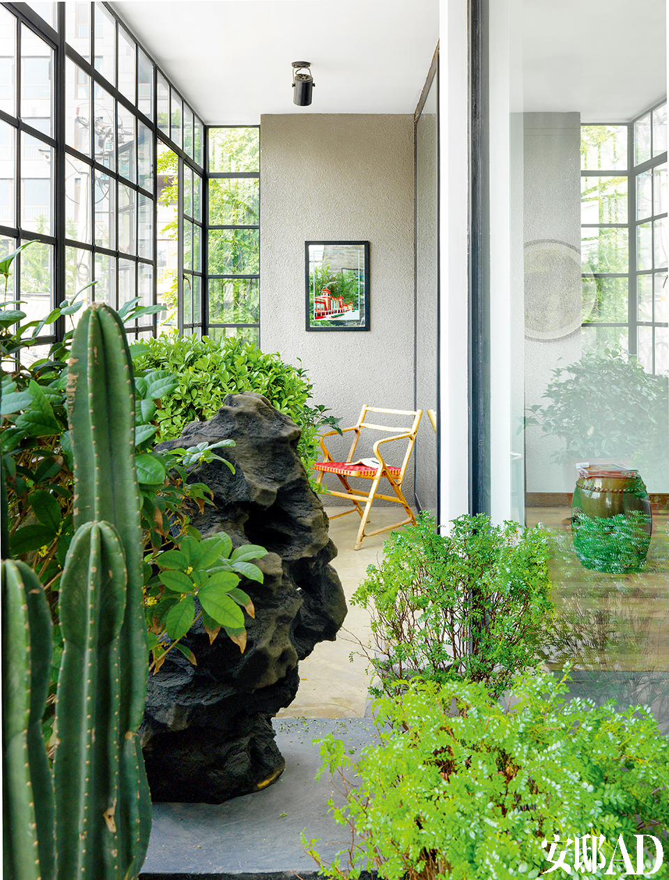 阳台上摆满了各种绿植,有趣的是,每一盆绿植上都贴着几天浇 一次水的标签,可见Juan的严谨和细心。