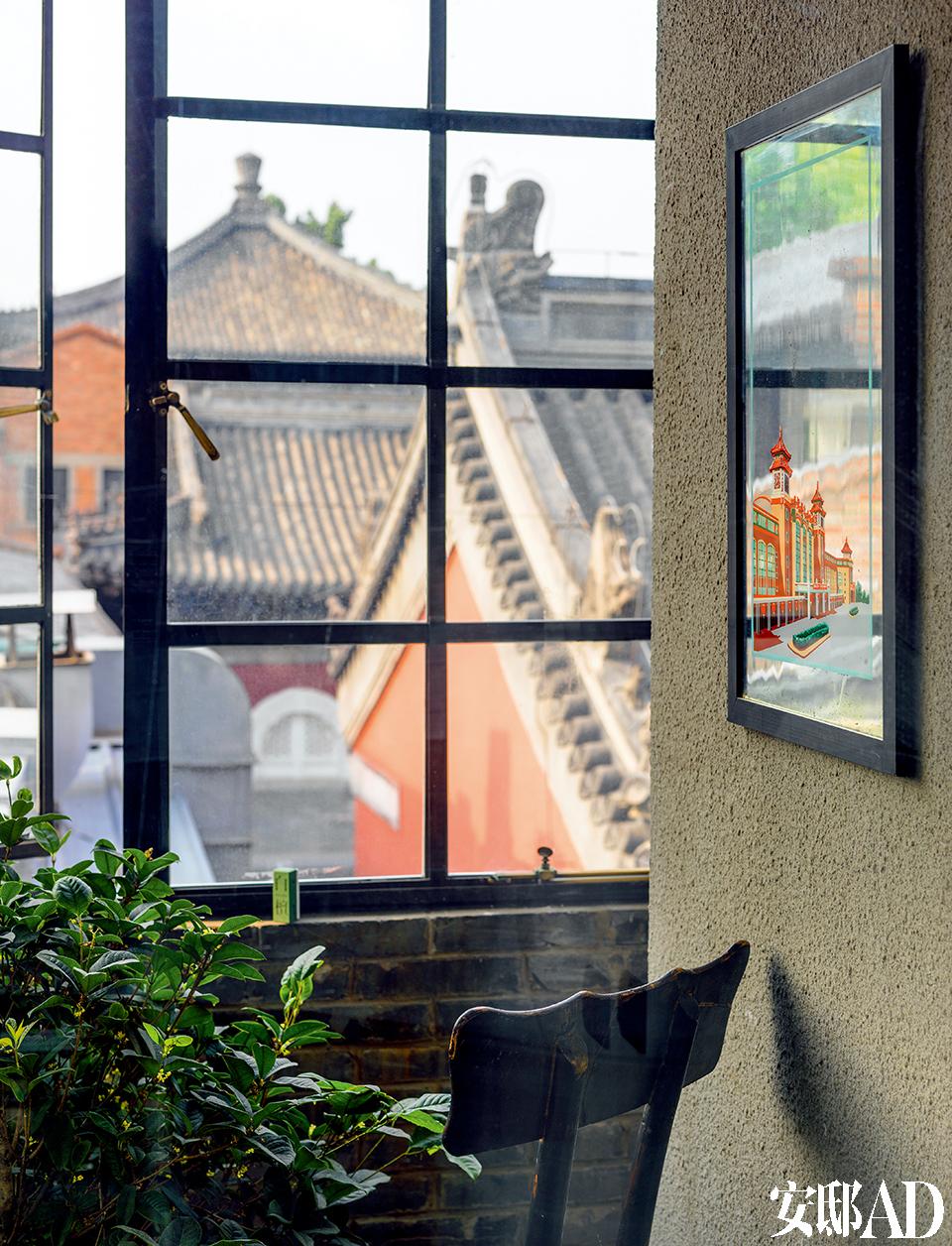 早上坐在这里喝一杯茶,穿过胡同去景山公园散步,一天的生活就此开始。原本阳台是敞开的,Juan找上海的师傅做了窗框,将阳台全部封起来了,起到保温隔音作用。
