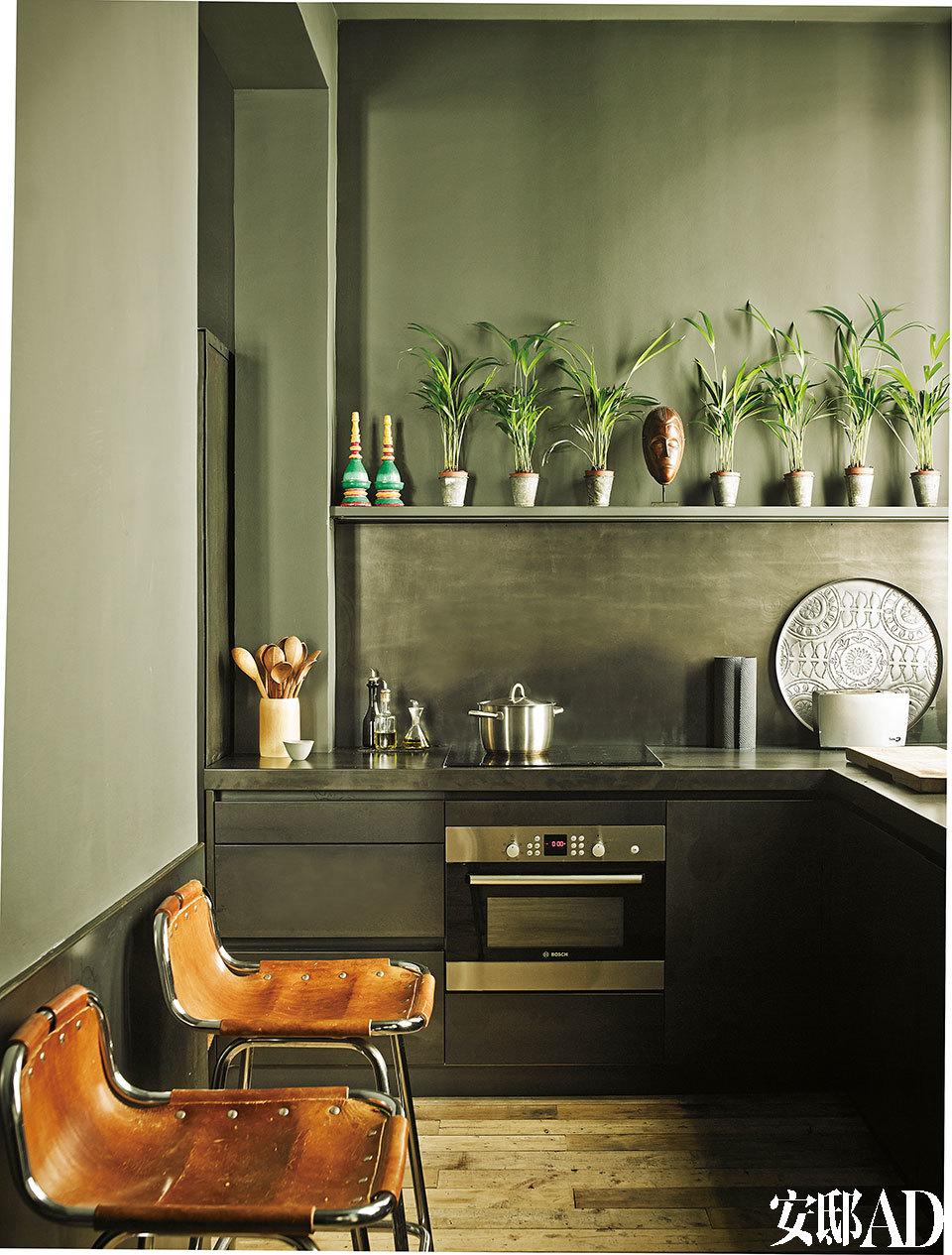厨房由Jaime Lacasa自行设计,全部采用铁为设计元素。Siemens灶具面板,Bosch烤箱,一对Les Arcs高脚椅出自Charlotte Perriand之手,来自蓬皮杜(Pompidou)博物馆。世代传承下来的餐具,博物馆级别的古董椅子,处处细节都让这栋住宅显得身价不凡。