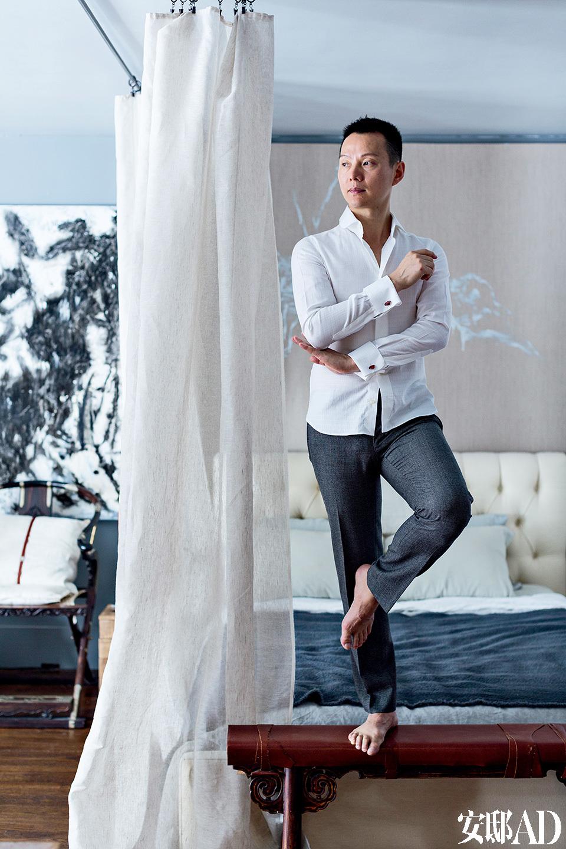 """主人:沈伟,著名美籍华人编舞家、视觉艺术家和导演。他于2000年在美国纽约创办的""""沈伟舞蹈艺术团"""",成为第一个跻身美国主流文化的华人现代舞团,迄今受邀于全球30多个国家近200座城市表演,参与各国际舞蹈节巡演,并于纽约大都会艺术博物馆、古根海姆美术馆等进行创作演出;2007年,他应邀担任北京奥运开幕式创意策划与《画卷》篇的编导。他曾获得过多项国际荣誉,包括舞蹈界""""奥斯卡""""之称的""""尼金斯基奖""""、美国""""麦克阿瑟天才奖""""等。除了舞蹈创作,他还将自己的艺术创作拓展到大型多媒体装置、影像与动画、特定场域实景创作等。评论家赞誉沈伟的舞作跨越文化和形式界线,融合多种媒介元素,集创作、服装设计、舞台设计、装置艺术的才华于一身《;华盛顿时报》推崇沈伟是""""我们时代最伟大的艺术家之一""""。"""