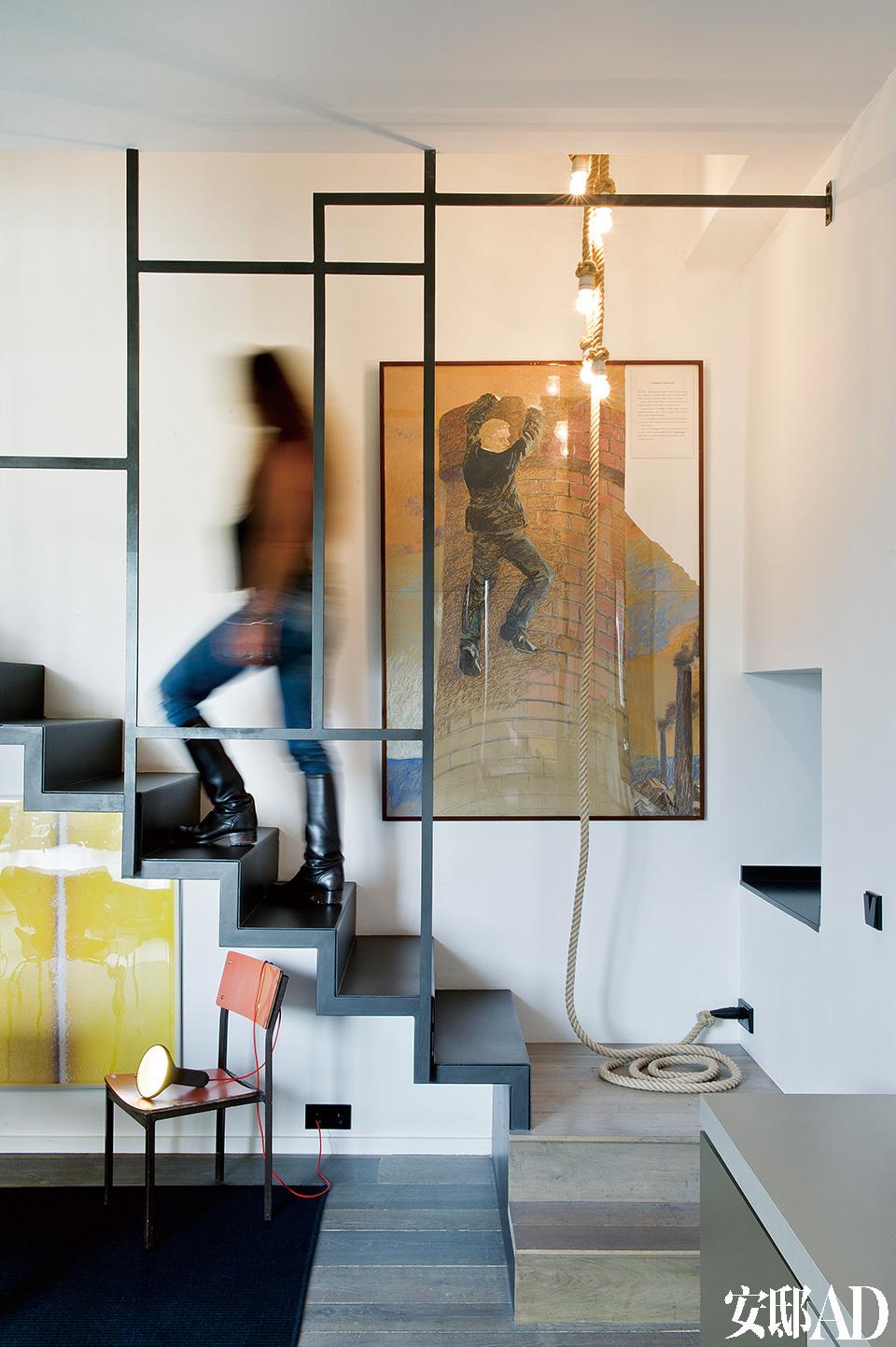 餐厅的一侧是通往二层的楼梯,这座金属楼梯由设计师KarenT. Lewis根据蒙德里安的经典画作设计而成,Madleniak公司提供技术支持。楼梯脚下是Bill Beckley的红色座椅,吊灯来自083 Thomas Eyck。