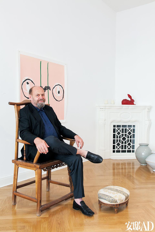 Alexander坐在明朝古董椅上,地上是谭平的木刻作品,角落里的花瓶是韩国艺术家Young-Jae Lee的陶瓷花瓶。