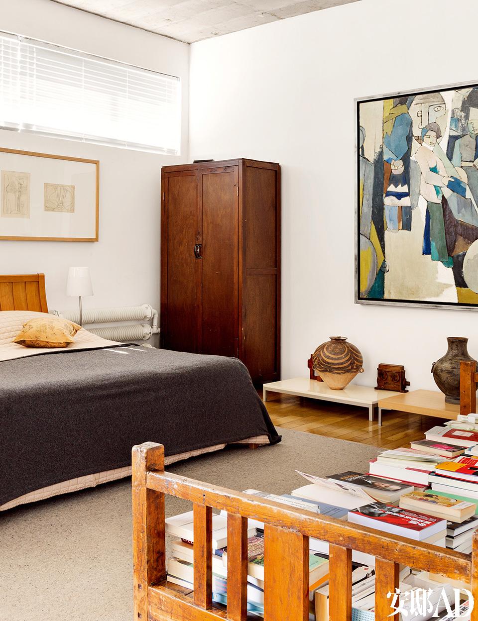 床前放满书的是798工厂里淘汰的木架子床。即便屋子里最多的摆设砖雕,也多是从山西淘来的,不是什么著名文物。