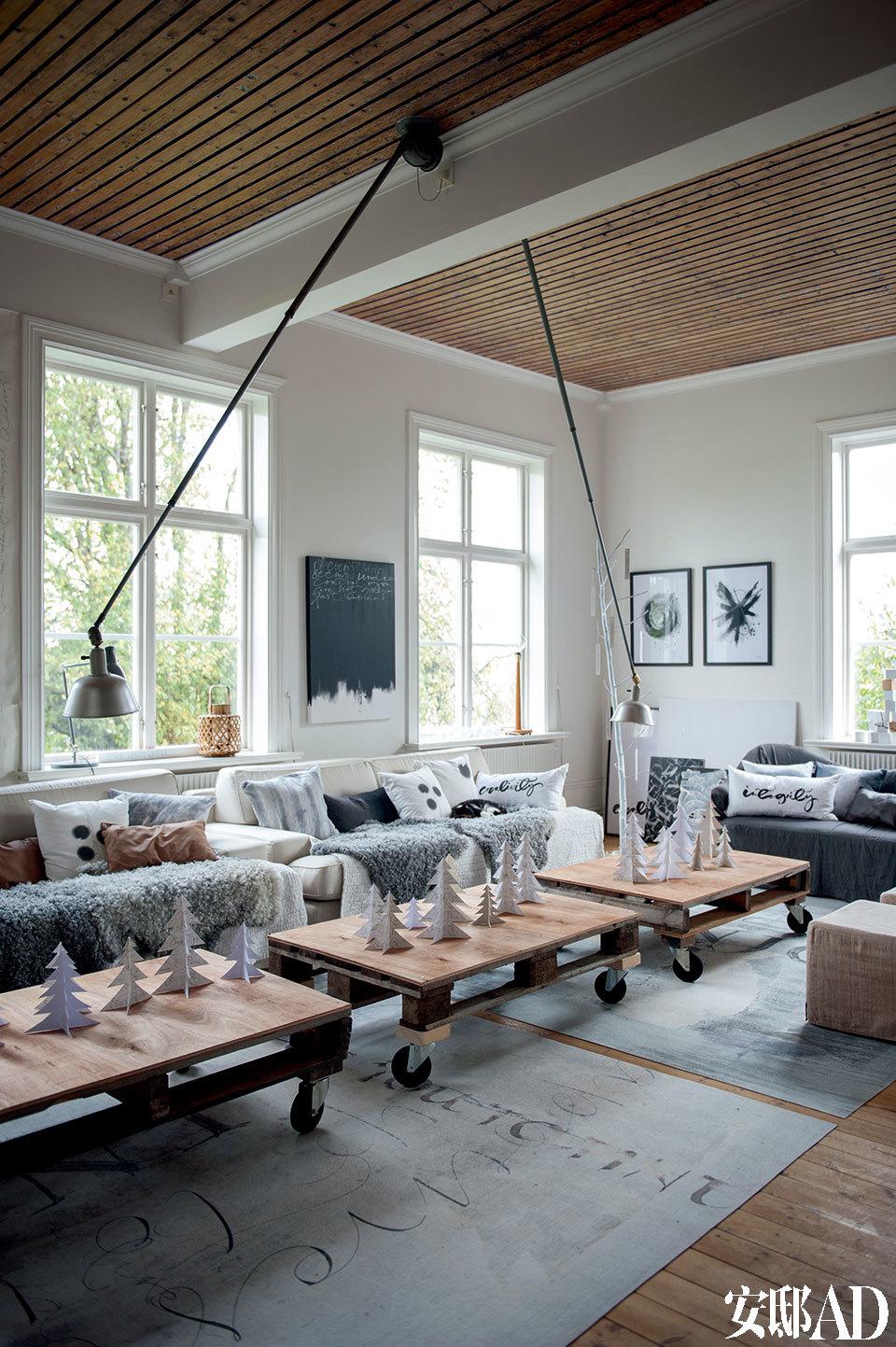 敞亮、通透的客厅以白色为主基调,由几张自带滚轮的小木桌做茶几,配上Ylva创作的装饰性小圣诞树,风格清新又凸显节日气氛。