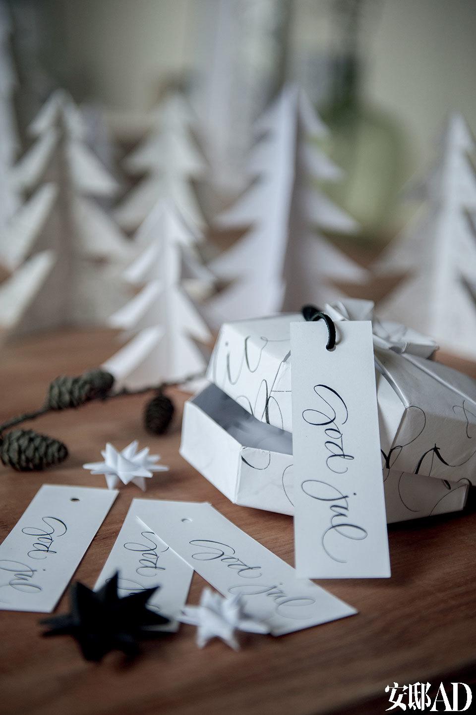客厅的木制滚轮小桌上摆放着白色的手工圣诞树和Ylva创作的艺术字母标签。