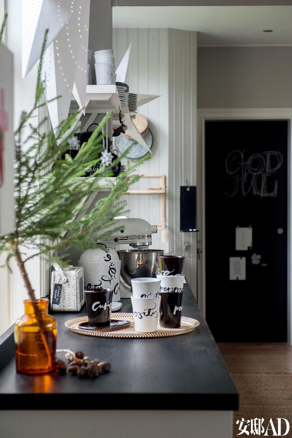 厨房里瓶罐中装的大树枝是降临节最受青睐的装饰物,而Ylva的各种陶器、杯具也恰到好处地为这个乡间厨房增光添彩。