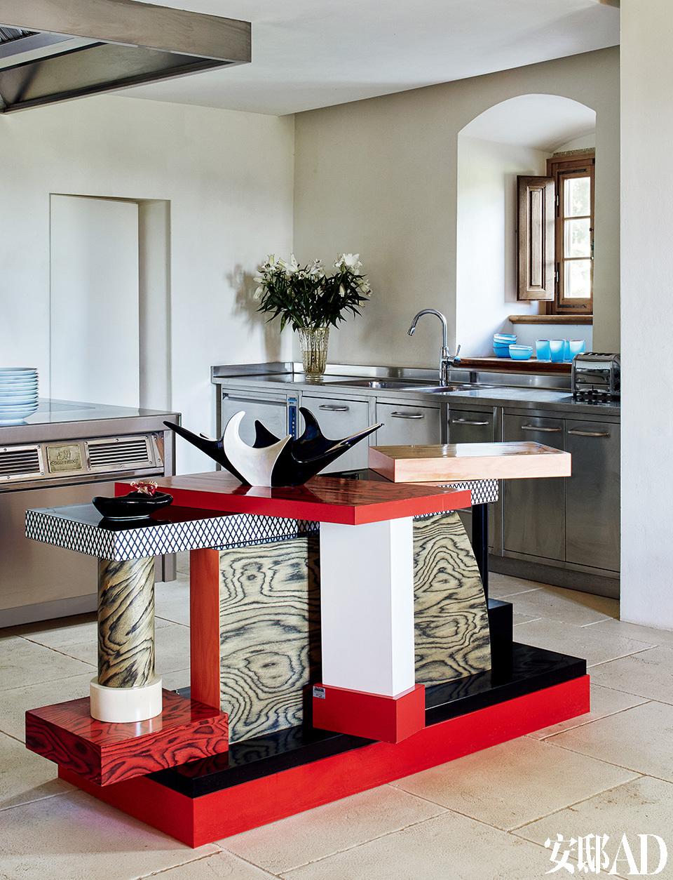 一件精彩的孟菲斯家具,稳稳地压住厨房的气场。工业感厨房和Tartar孟菲斯风格操作台由Ettore Sottsass在1985年设计。
