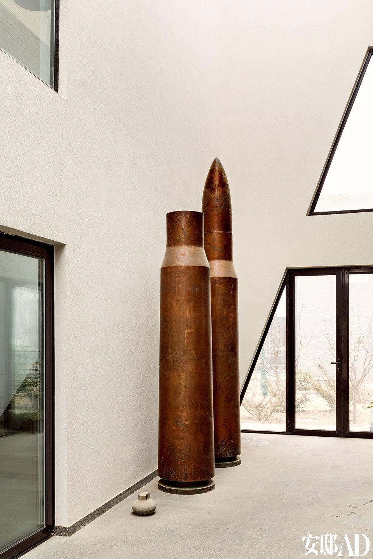 """""""如果我的人生可以重新开始,我愿意选择建筑,建筑是天地间的一个作品,艺术品只是它的一部分。""""这组青铜子弹是肖鲁的装置《作品1号,2号》,曾参加高名潞策划的""""意派""""展览,此刻摆在空阔的走廊上,仿佛沉默暗示主人蓄势待发的内心气象。"""