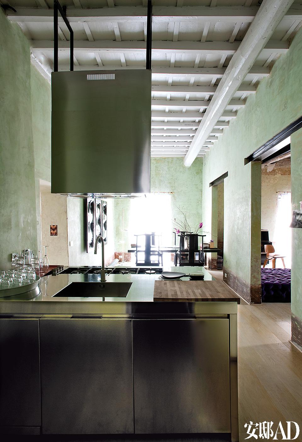 厨房与书房开放相连。这里有着主人独特的罗马气质,它既是严肃的又是柔和的,同时还非常难以取悦。