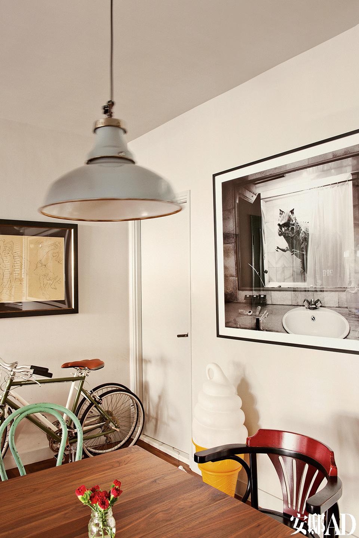 餐厅里,墙上的黑白照片出自印度尼西亚艺术家Agan Harahap。