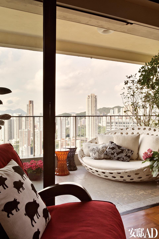 阳台上的家具为B&B Italia。