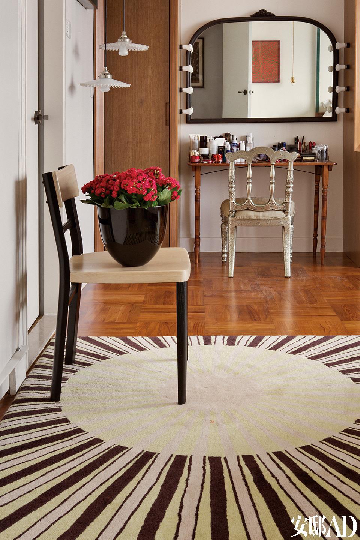 在主卧室里,太阳形的地毯由Hecker Guthrie为上海JIA酒店项目设计,古董镜和古董梳妆台都是在纽约布鲁克林买的,镜前的Vintage椅是在伦敦买的。