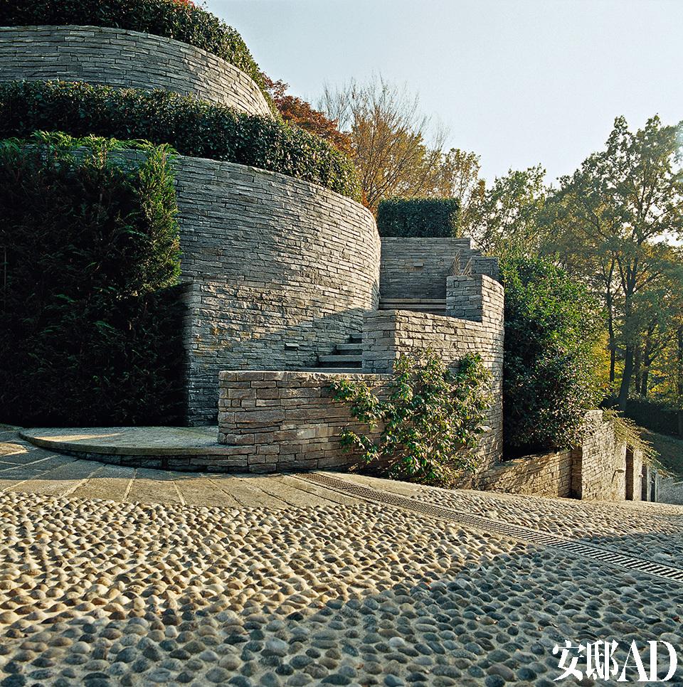 建筑师 Laura Dal Canto与 Marina Giuliani合作完成的花园工程为这个家筑起了气派的外墙。